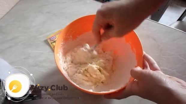 Для приготовления творожный наполеона на сковороде приготовьте тесто