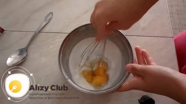 Для приготовления творожный наполеона на сковороде смешайте молоко с яйцами