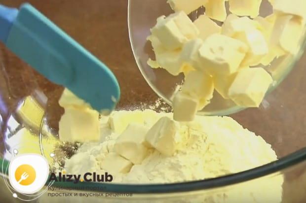 В просеянную муку добавляем порезанное на кусочки сливочное масло.