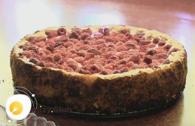 Вот таким красивым получается творожный пирог с малиной.