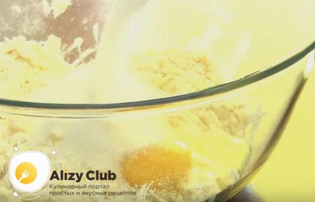 В получившуюся крошку добавляем яйцо и сметану.