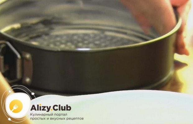 выпекать изделие будем в разъемной форме, которую надо смазать маслом.