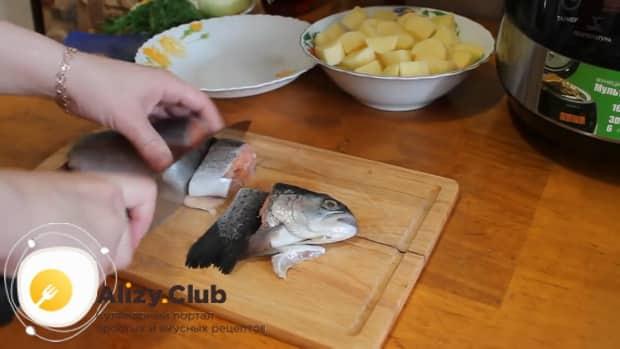 Для приготовления ухи из форели, нарежьте рыбу