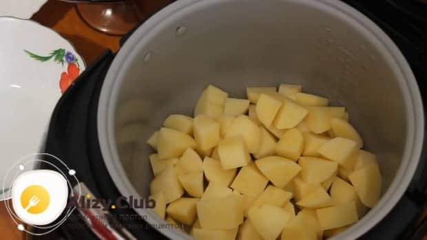 Для приготовления ухи из форели, положите в чашу мультиварки картофель