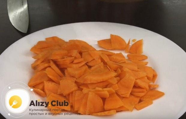 Вот такими кусочками нарезаем морковку.