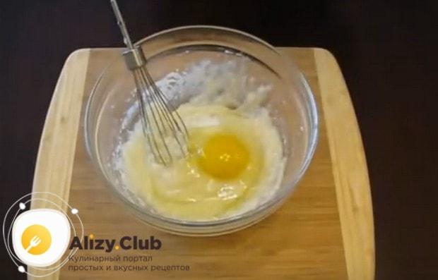 Добавляем в эту массу соль и яйцо.