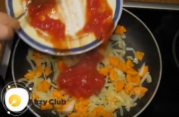 Затем добавляем к овощам натертые на терке томаты.