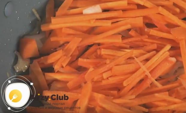 Затем добавляем к луку морковку и тушим овощи вместе.