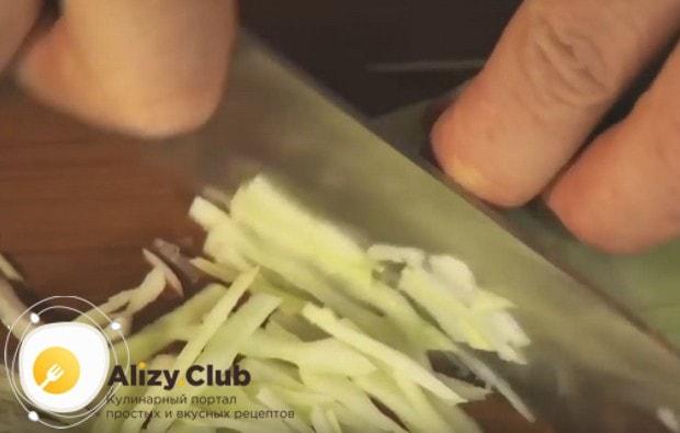 Тонко шинкуем капусту.
