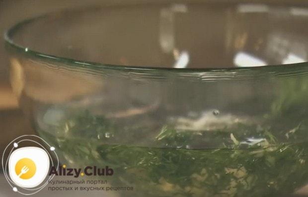 Готовим для пампушек заправку на основе растительного масла, чеснока и укропа.
