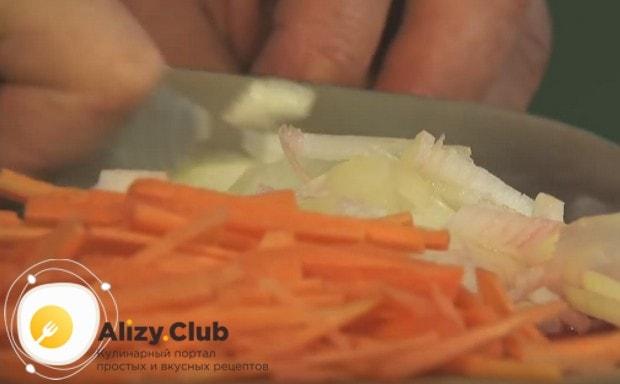 Соломкой режем морковь, измельчаем лук.