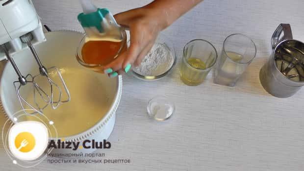 Для приготовления медового пирога в мультиварке, добавьте мед