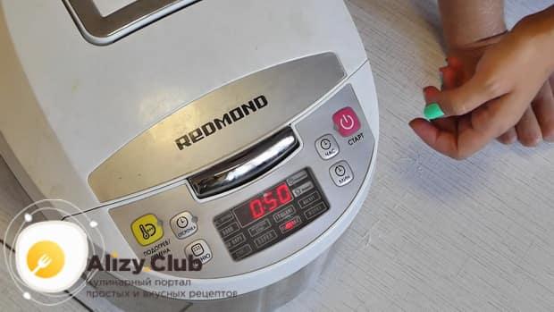 Для приготовления медового пирога в мультиварке, включите нужный режим
