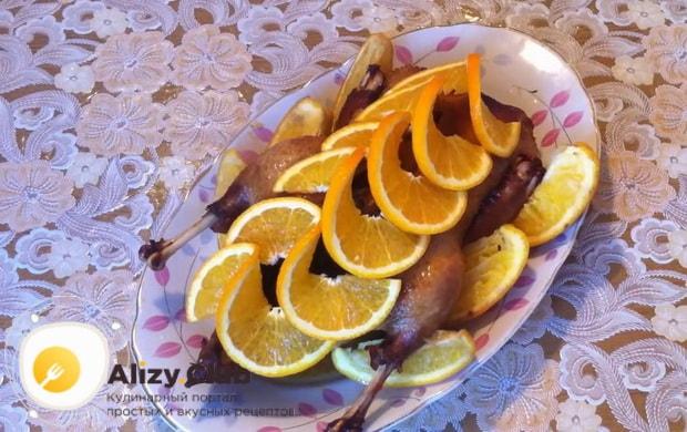 Вкусная утка в духовке с апельсинами и медом готова