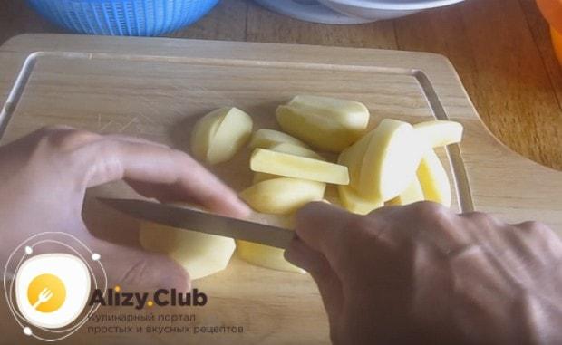 Нарезаем ломтиками почищенный и промытый картофель.