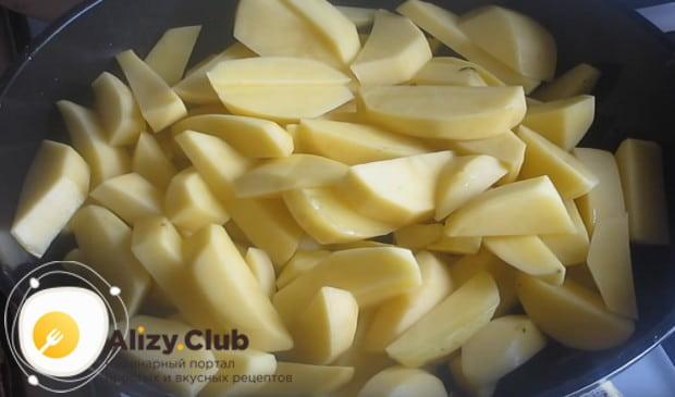 Слегка обжариваем картошку на сковороде.