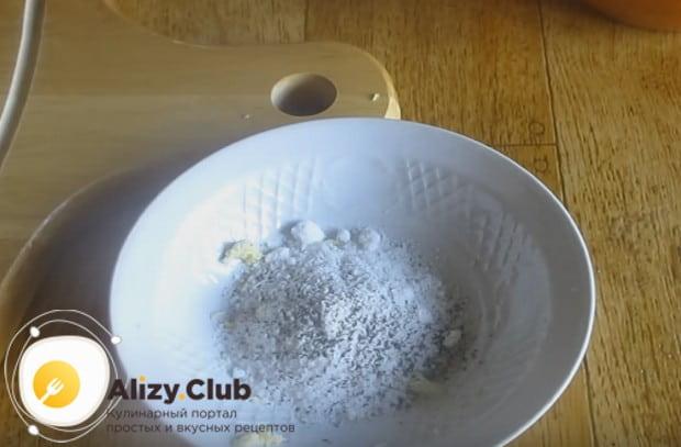 Смешиваем в мисочке соль, перец и чеснок.