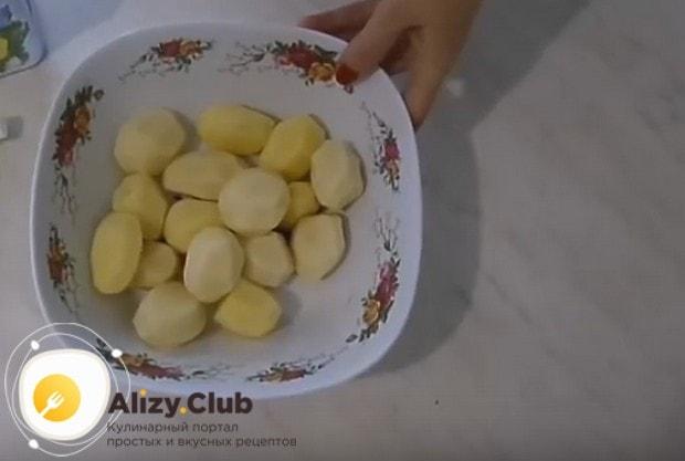Пока утка печется, чистим и моем картофель.