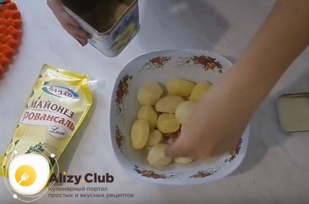 Солим и перчим картошку по вкусу, не разрезая ее.