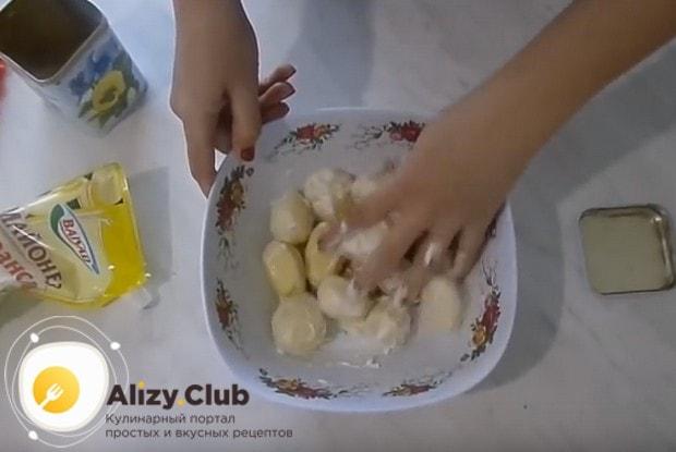 Заправляем картошку майонезом, перемешиваем.