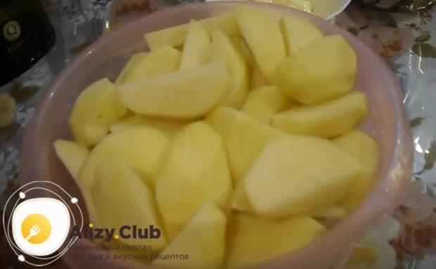 Узнайте, как вкусно сделать утку в духовке с картошкой.