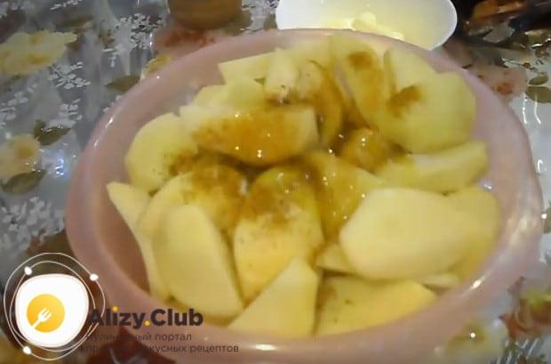 Обязательно добавляем к картофелю растительное масло.