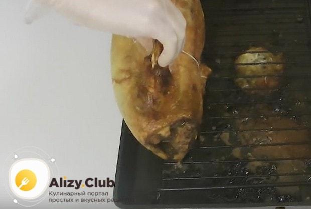 Под конец готовки еще раз переворачиваем птицу, чтобы она хорошо подрумянилась.