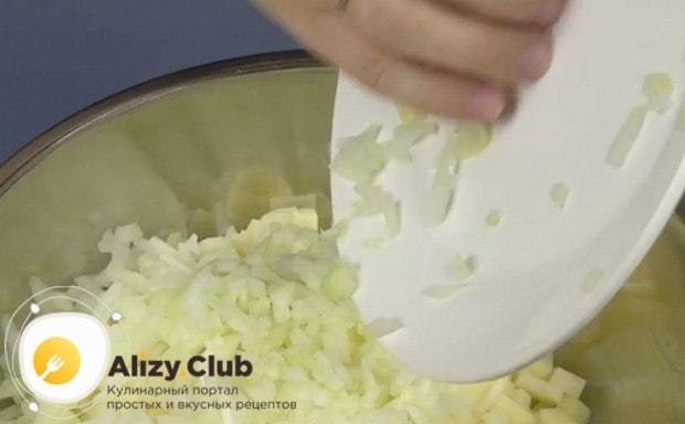 Соединяем в миске лук с картошкой.