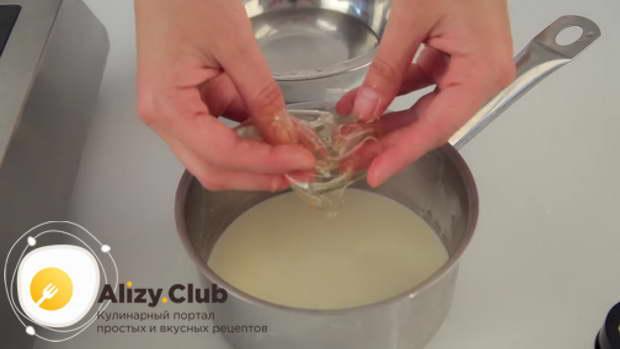 В горячую сливочную массу выкладываем разбухший желатин