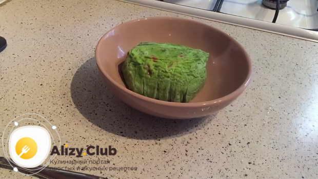 переворачиваете готовый вареный омлет на плоскую тарелку