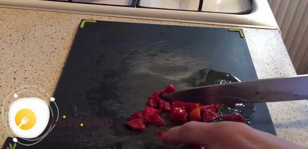 Нарезаете помидор способом конкассе