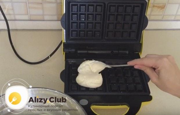 В разогретую и смазанную растительным маслом вафельницу выкладываем тесто.