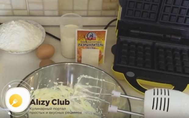 Сначала взбиваем миксером размягченное сливочное масло с сахаром.