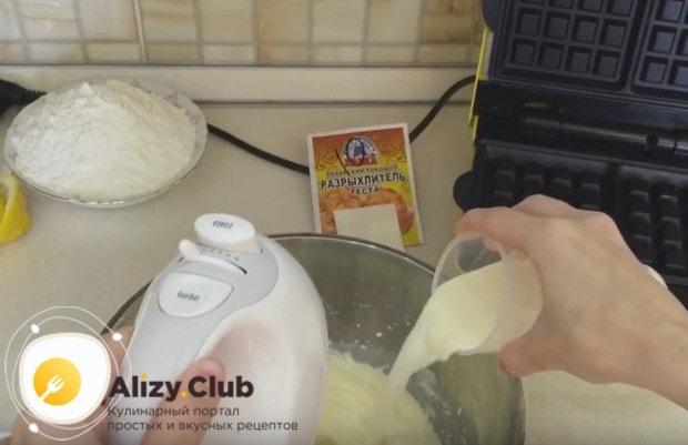 Чтобы приготовить мягкие и воздушные венские вафли по рецепту для электровафельницы, используем в тесте молоко.