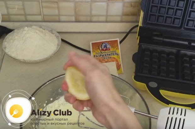 В тесто добавляем также сок лимона.
