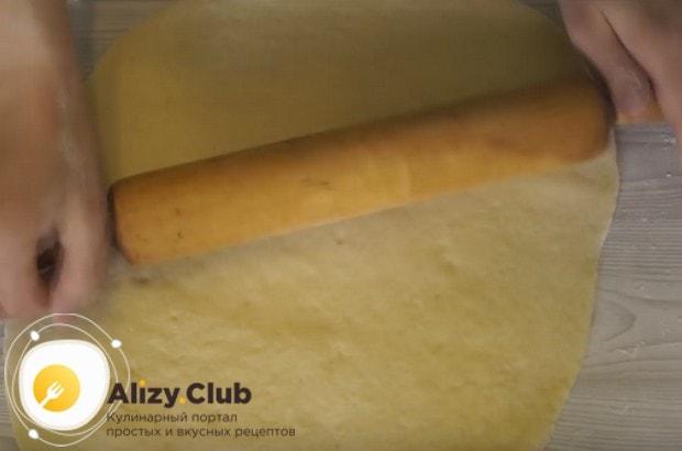 Раскатываем тесто в пласт толщиной в 1 см.