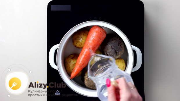 Морковь (150 г), картошку (250-300 г), свеклу (400 г) промываем и отвариваем до готовности