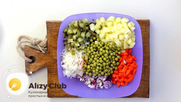 В глубокую миску перекладываем все нарезанные овощи, кроме свеклы