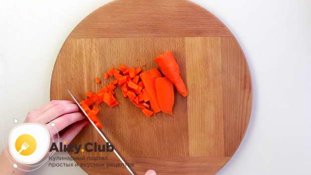 Картофель и морковь очищаем и нарезаем маленькими кубиками