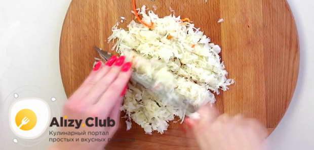 Измельчаем 100 грамм квашеной капусты