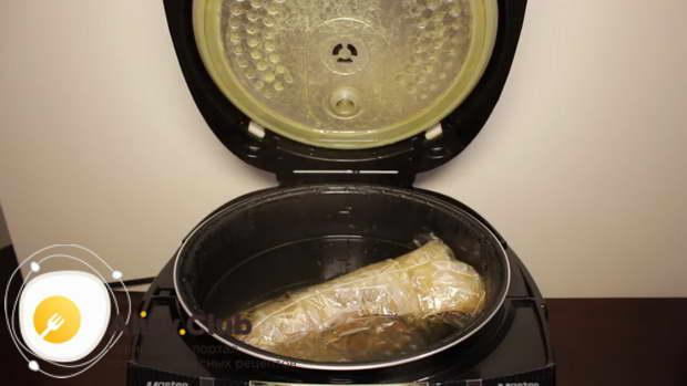 Извлекаем колбасу из воды и остужаем его приблизительно 1-1,5 часа
