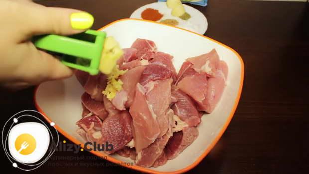 Складываем мясо в глубокую миску и добавляем к нему 4 зубчика чеснока