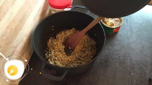 Нарезать 2 луковицы средним кубиком, натереть на крупной терке 1 большую морковку или 2 поменьше