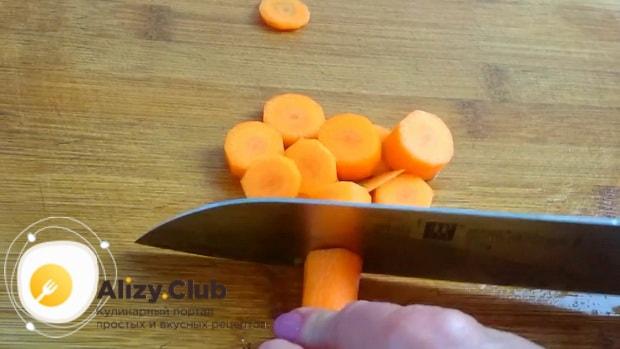 По рецепту для приготовления кольраби, нарежьте морковь