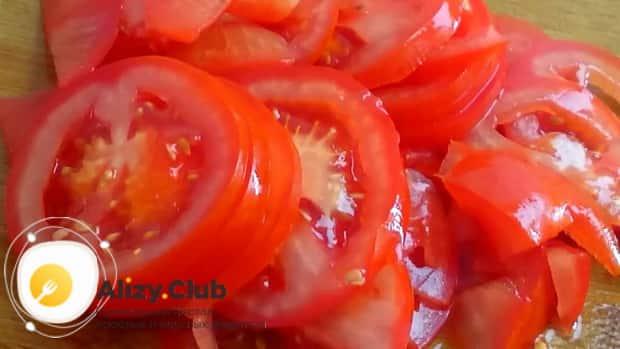 По рецепту для приготовления кольраби, нарежьте помидоры