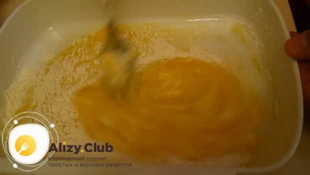 Перед тем как приготовить свиное сердце на сковороде смешайте яйца с мукой