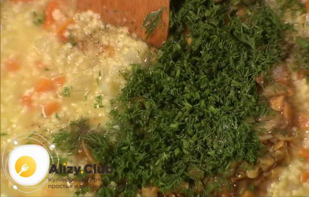 Проверить кашу на готовность, добавить в нее грибы, зелень укропа
