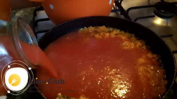 По рецепту для приготовления рассольника с рисом и солеными огурцами, добавьте томат