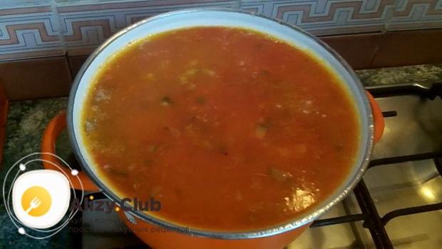 По рецепту для приготовления рассольника с рисом и солеными огурцами, доведите ингредиенты до кипения
