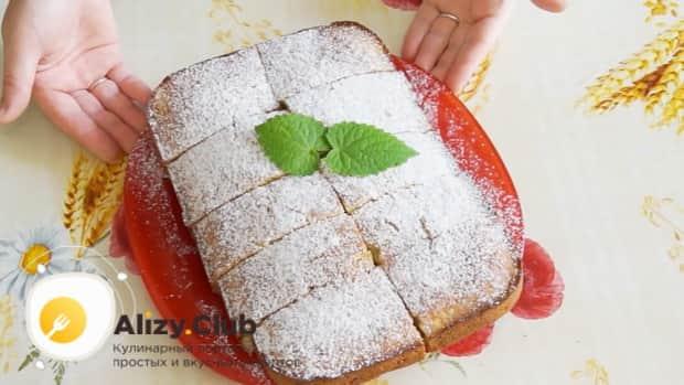 Для приготовления пирога на сметане, посыпьте пирог сахарной пудрой.